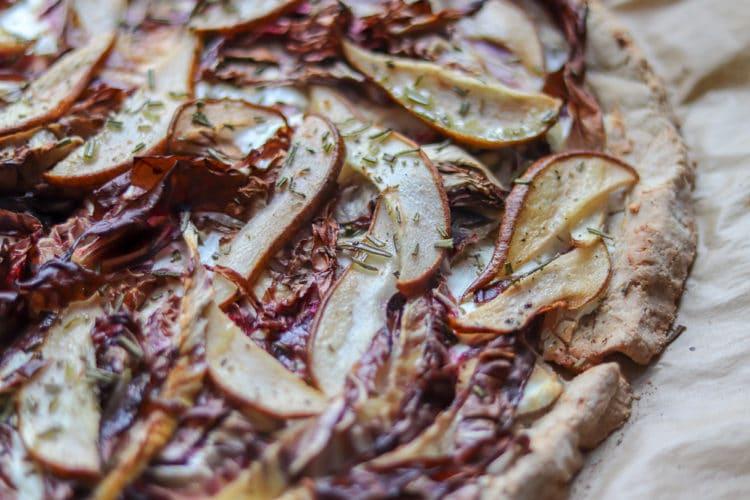 Radicchio-Birnen-Pizza mit Buchweizenteig
