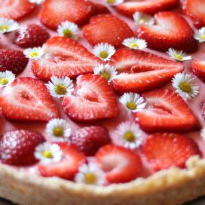 Erdbeer-Kokos-Tarte mit Gänseblümchen