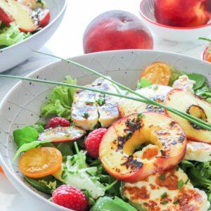 Sommersalat mit gegrilltem Pfirsich und Halloumi
