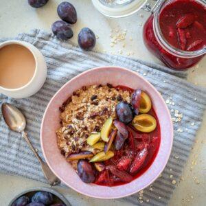Chai Porridge mit Zwetschgen Kompott