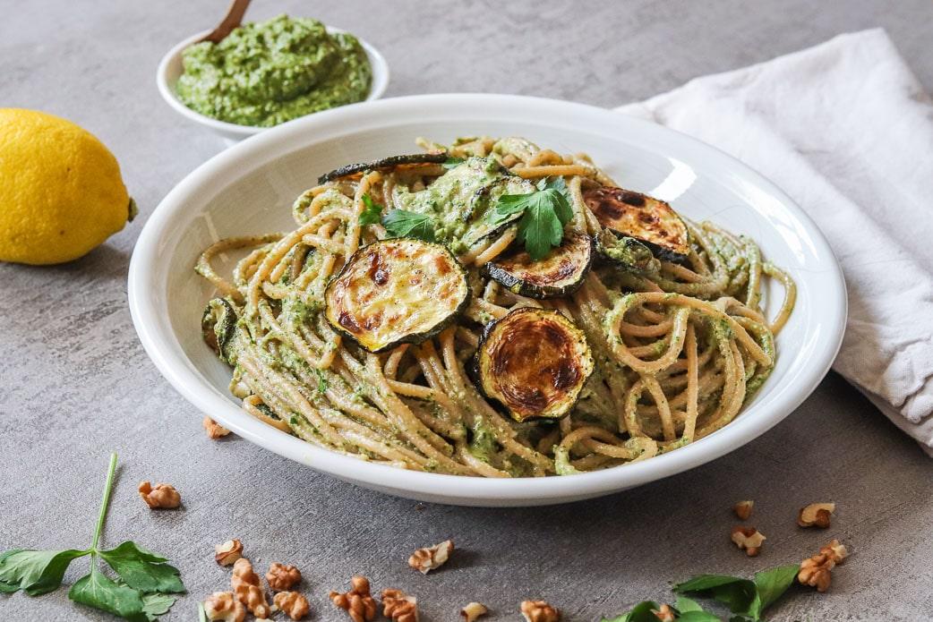 Pasta mit Petersilien-Pesto und Zucchini