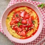 Polenta-Porridge mit gebratenen Erdbeeren